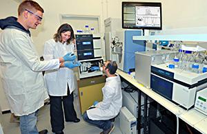 """ד""""ר דנה רייכמן וסטודנטים במעבדה"""