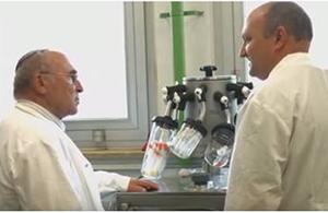 פרופ' אברהם לויטר במעבדה